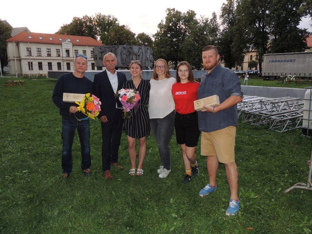 V rámci akcie My sme Východ bolo OZ Mladí Ľudia a život spolu s Divadlom Kontra ocenené za budovanie mesta Spišská Nová Ves.