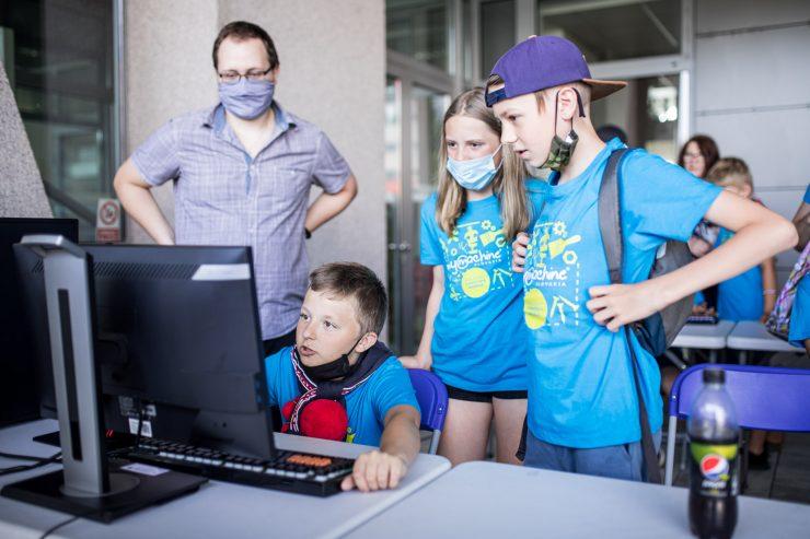 Testovanie počítačovej hry Mobilodronom po Slovensku počas odovzdávania vynálezu na pôde UNIZA